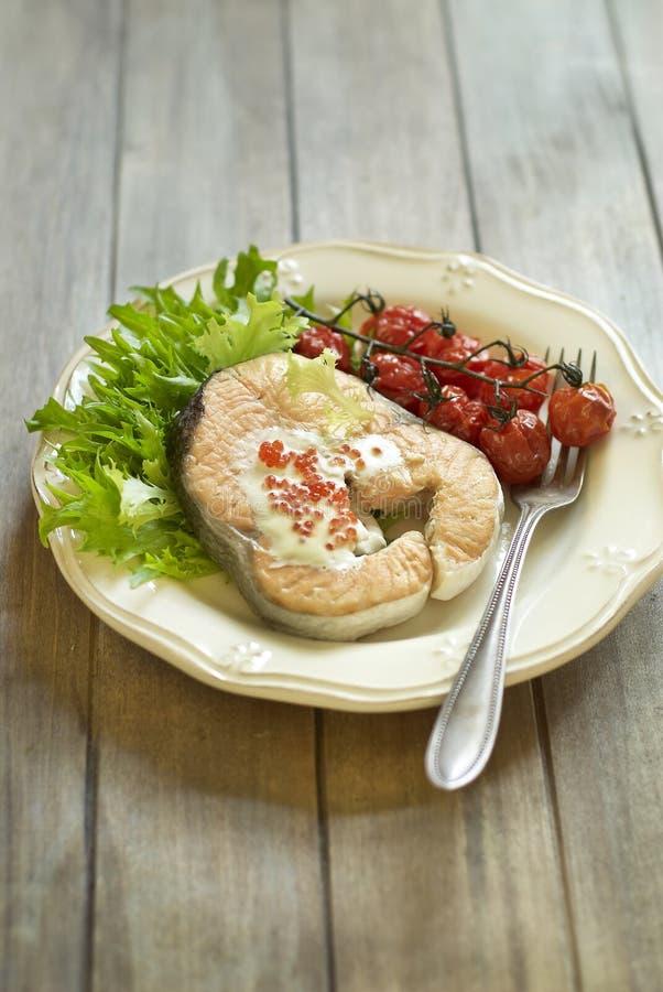 Download Испеченные семги с красными соусом и овощами икры Стоковое Изображение - изображение насчитывающей естественно, салат: 33728515