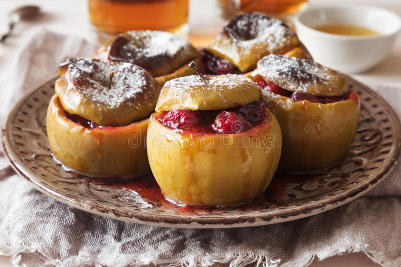 Испеченные яблоки с порошком клюквы и сахара стоковое изображение