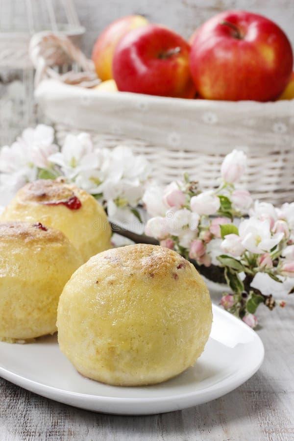 Испеченные яблоки заполненные с вареньем голубики стоковое фото rf