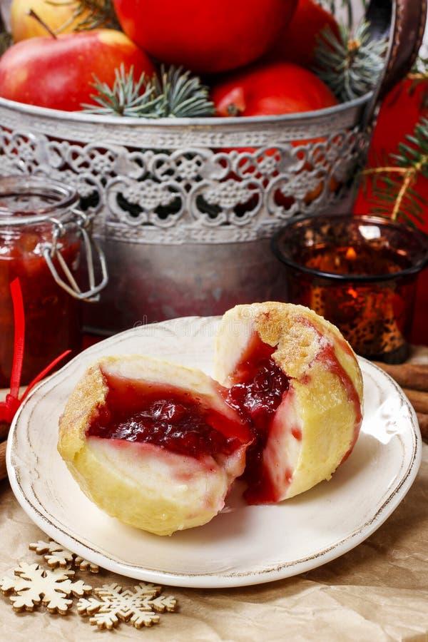 Испеченные яблоки заполненные с вареньем голубики стоковые изображения