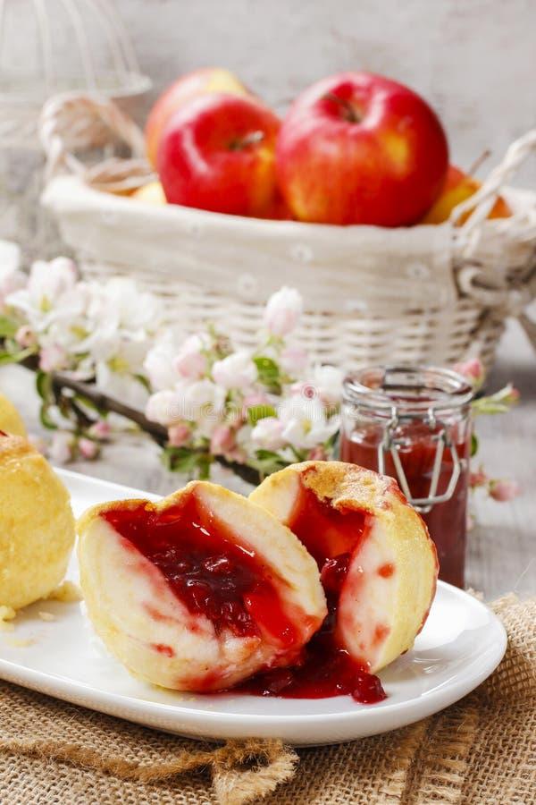 Испеченные яблоки заполненные с вареньем стоковое изображение