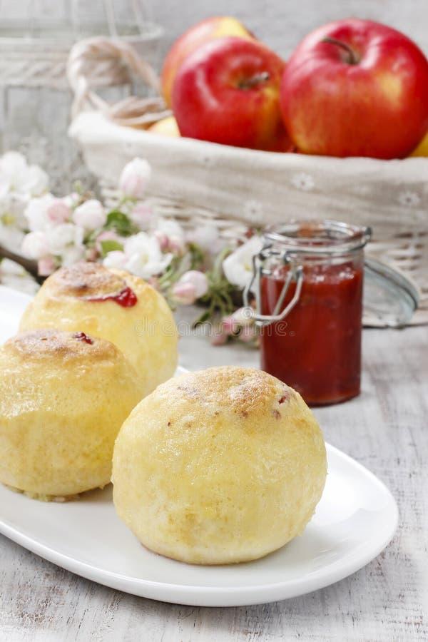 Испеченные яблоки заполненные с вареньем стоковые изображения rf
