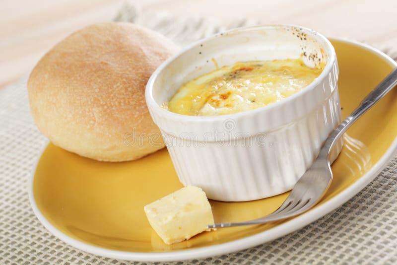 испеченные яичка завтрака ввели швейцарца в моду стоковое фото