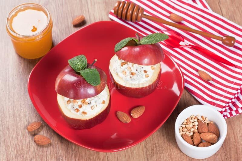 Испеченный десерт яблока с плавленым сыром стоковые фотографии rf