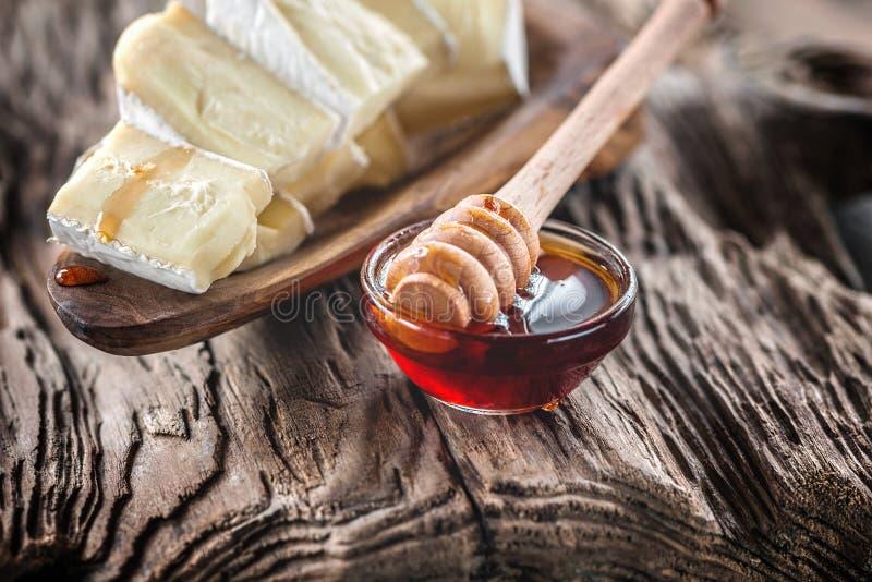 Испеченный камамбер с медом на красивой старой деревянной предпосылке стоковые фотографии rf