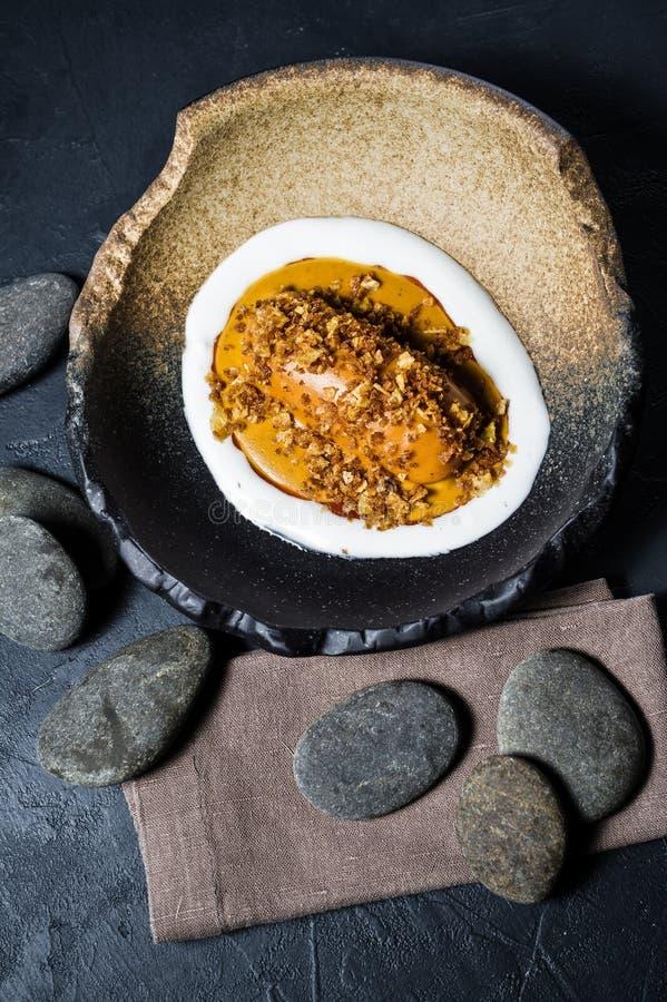 Испеченный сладкий картофель с соусом манго, черной предпосылкой, взглядом сверху стоковая фотография