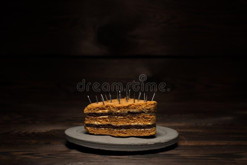 Испеченный сладкий торт на конкретной плите на темной деревянной предпосылке Для рекламы диеты стоковые изображения rf