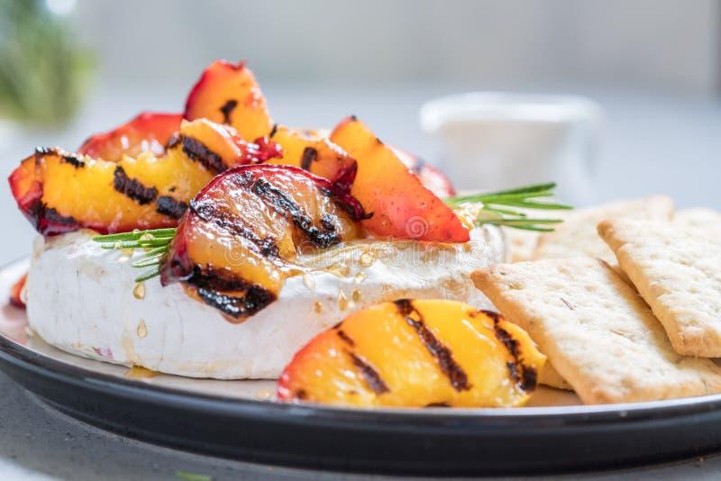 Испеченный сыр камамбера с зажаренным персиком стоковое изображение
