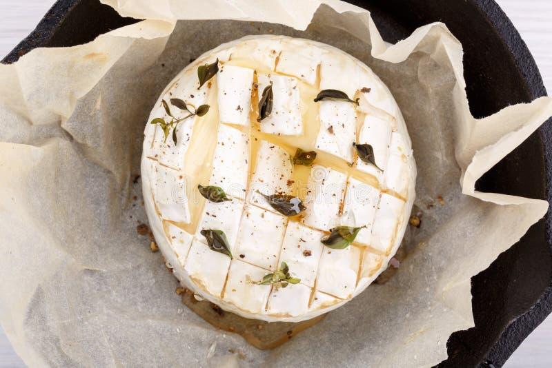 Испеченный сыр камамбера с тимианом и перцем стоковая фотография rf