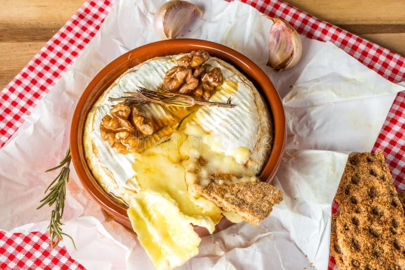 испеченный сыр camembert стоковое изображение