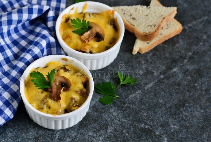 Испеченный цыпленок с грибами в cream соусе стоковые изображения rf