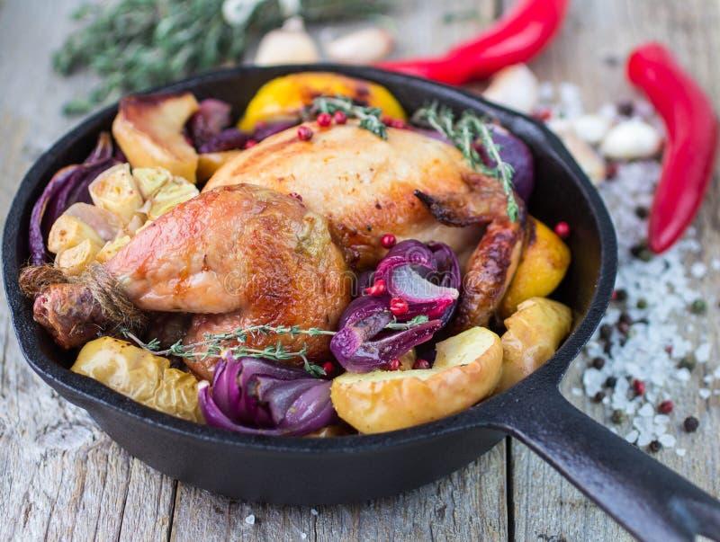 Испеченный цыпленок с красным луком стоковое фото rf