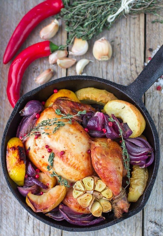 Испеченный цыпленок с красным луком стоковая фотография