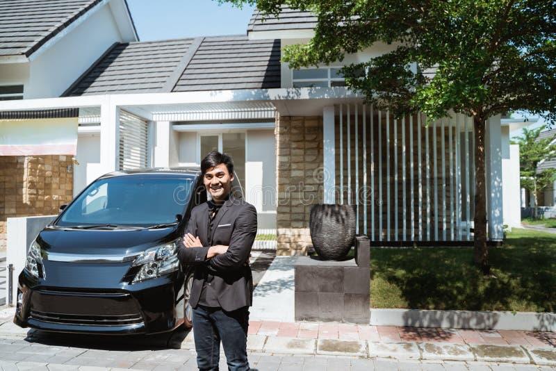 Исполнительная власть в его костюме управляя роскошным автомобилем стоковое изображение