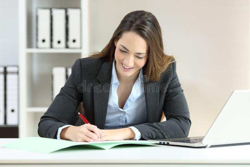 Исполнительная власть подписывая документ на офисе стоковое изображение rf