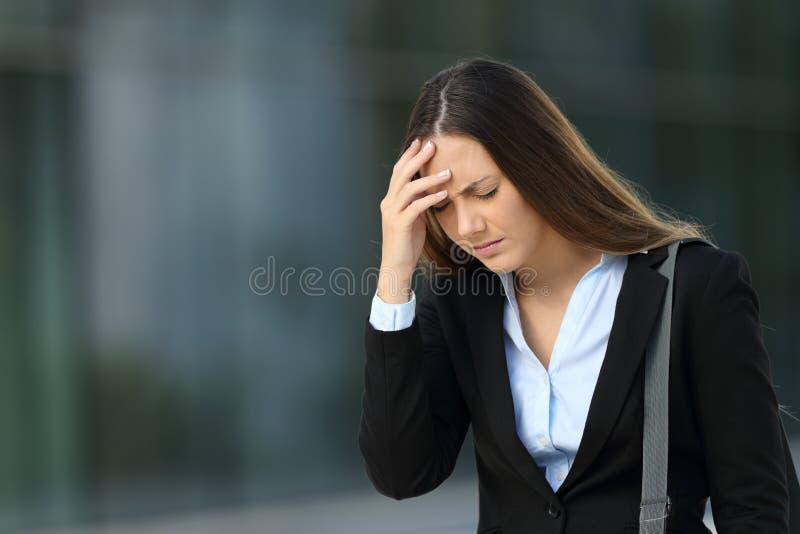 Исполнительная страдая головная боль на улице стоковое фото rf