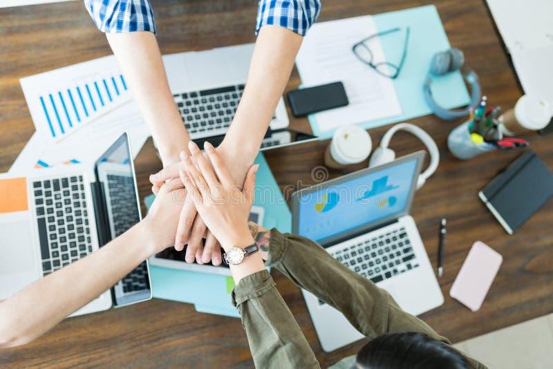 Исполнительные власти штабелируя руки во встрече на офисе стоковое изображение rf