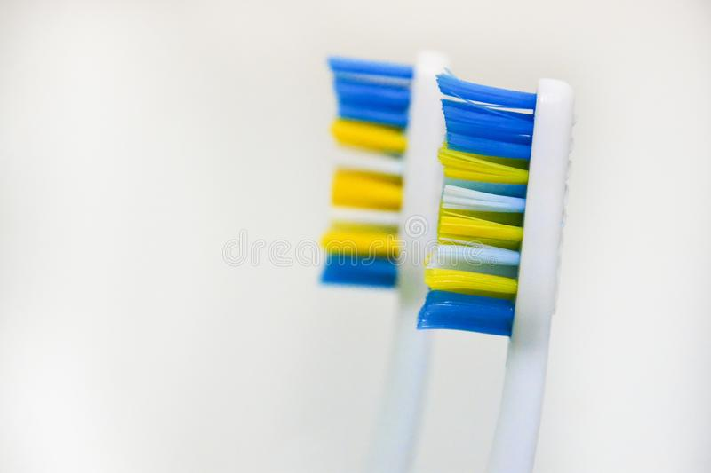 2 использовали зубные щетки на белой предпосылке Концепция изменяя зубных щеток, гигиена полости рта, зубоврачевание, дружелюбная стоковое изображение rf