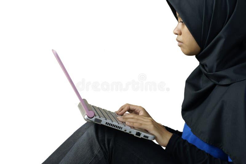 использование азиатской компьтер-книжки повелительницы мусульманское серьезное стоковое фото