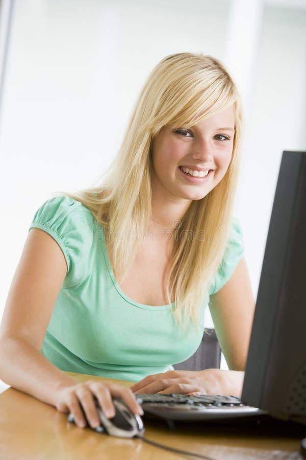использование девушки настольного компьютера компьютера подростковое стоковые изображения rf