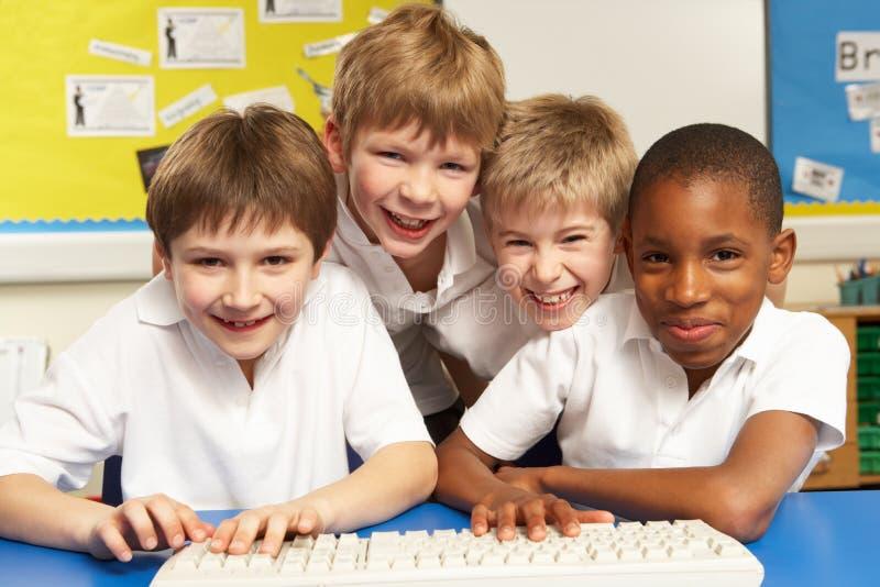 использование ребенокев школьного возраста компьютеров типа стоковая фотография