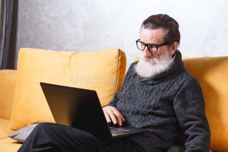 использование старшия человека компьтер-книжки стоковые фото