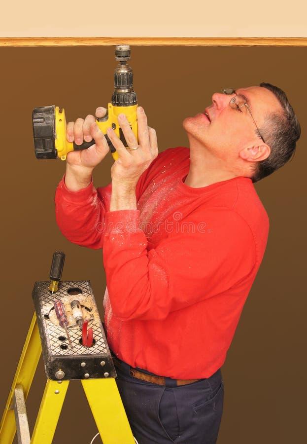 использование человека бесшнурового сверла электрическое стоковая фотография rf