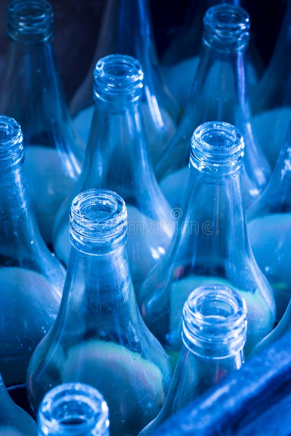Используемые бутылки ждать повторное пользование стоковое изображение