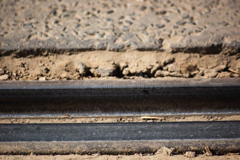 Используемые рахитичные рельсы в дороге стоковое изображение