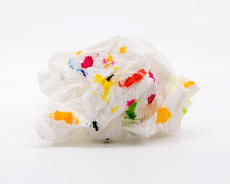 Используемые салфетка и красочный искусства на белой предпосылке Скомканный уборщик ткани и абстрактная форма стоковое фото rf