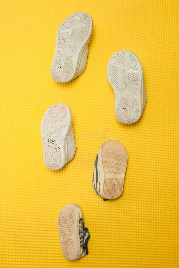 Используемый ботинок ребенк аранжировал в заказе от размера младенца к rep размера девушки стоковое изображение