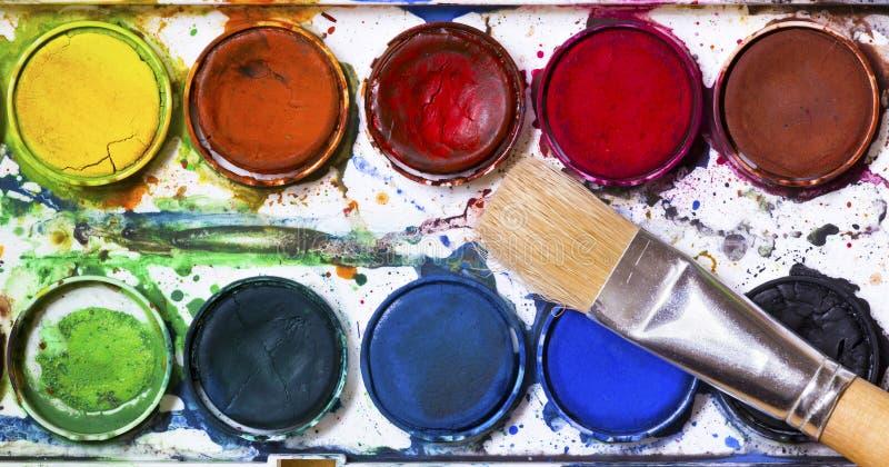 Используемый paintbox акварели с щеткой стоковое изображение