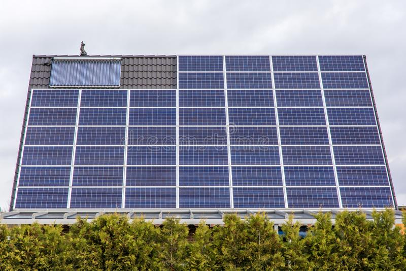 Используйте поверхность крыши для фотовольтайческой системы стоковое изображение rf
