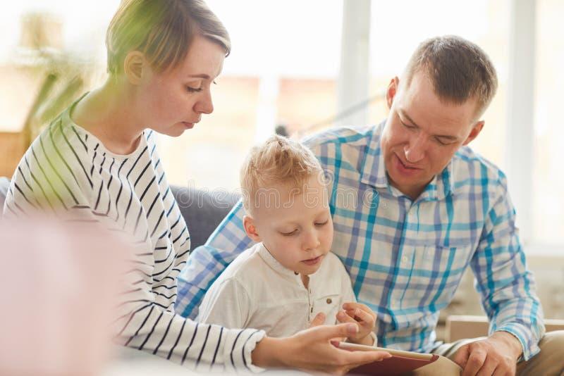Используя планшет для образования с ребенком стоковое фото rf