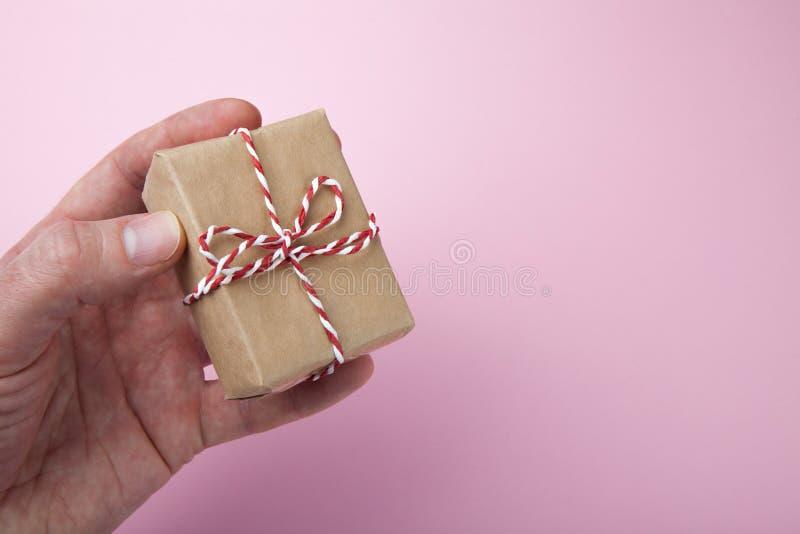 Используя повторно использованную бумагу для создания программы-оболочки подарков, пустой космос для текста стоковая фотография rf