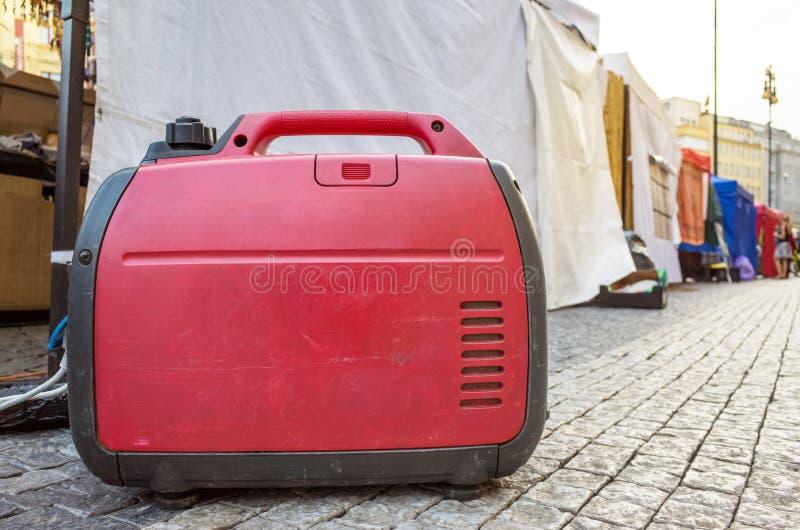 Используя портативный электрический дизельный генератор на улице стоковая фотография rf