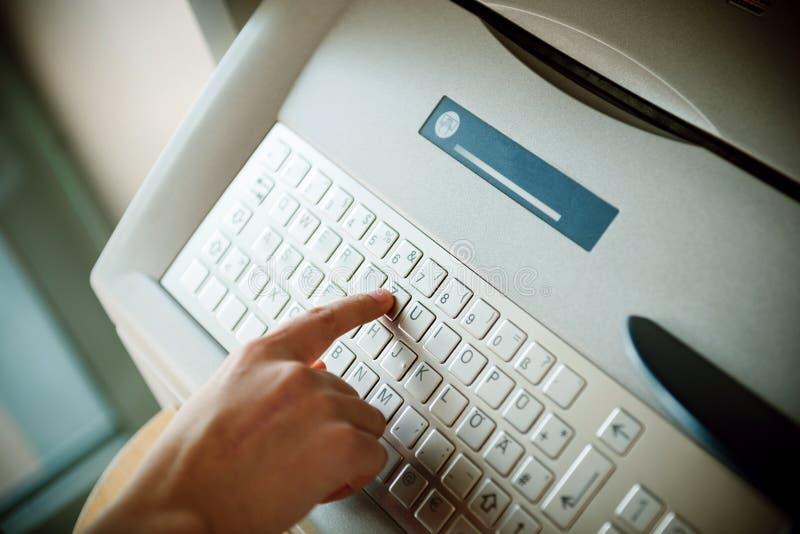 Используя современное письмо прессы t клавиатуры ATM стоковое фото