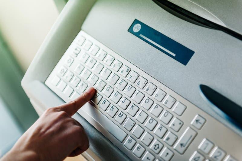 Используя современную клавиатуру ATM стоковое фото rf
