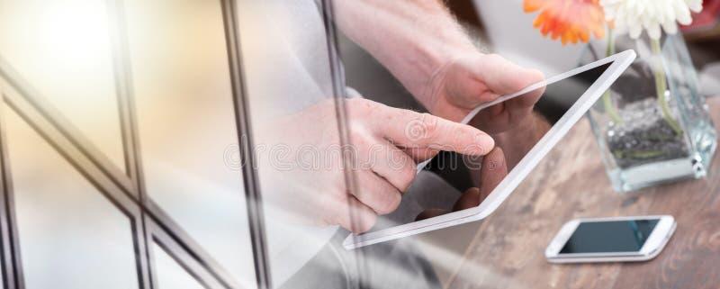 Используя цифровой планшет; множественная выдержка стоковые изображения