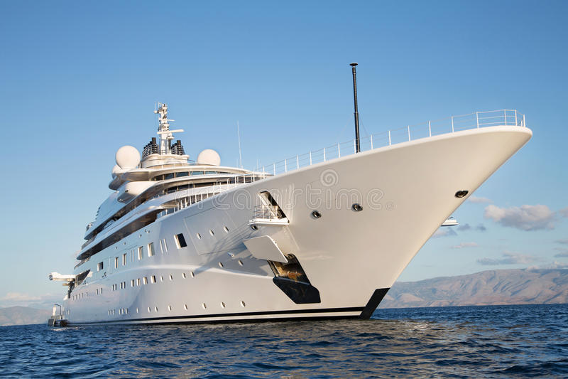 Исполинская большая и большая роскошная мега или супер яхта мотора на o стоковое фото
