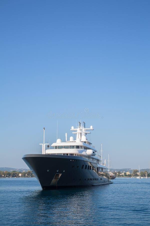 Исполинская большая роскошная мега или супер яхта мотора Вклад для mi стоковые фото