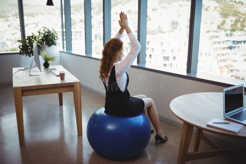 Исполнительная власть работая на шарике фитнеса стоковые изображения