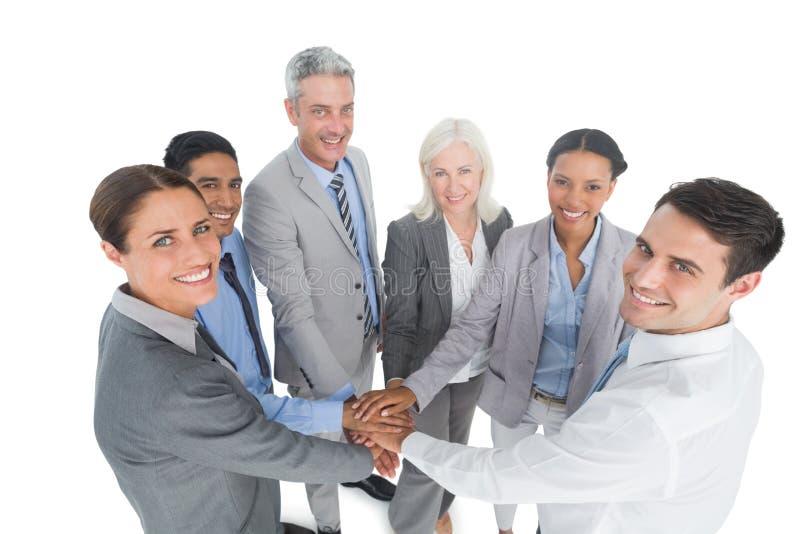 Исполнительные власти держа руки совместно в офисе стоковое фото rf