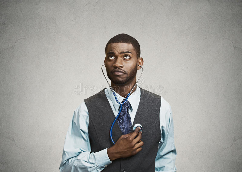 Исполнительный человек слушая к его сердцу, концепция критицизма собственной личности стоковое изображение