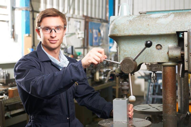 Использование инженера сверлит внутри мастерскую фабрики стоковая фотография