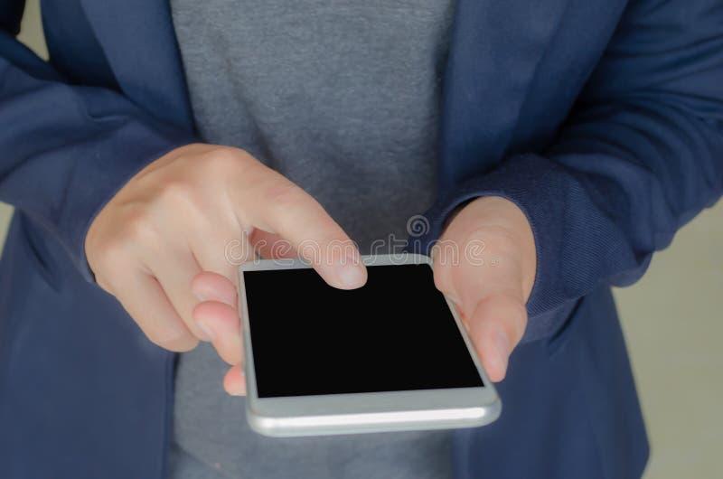 Используйте сотовый телефон с copyspace на работе стоковое фото