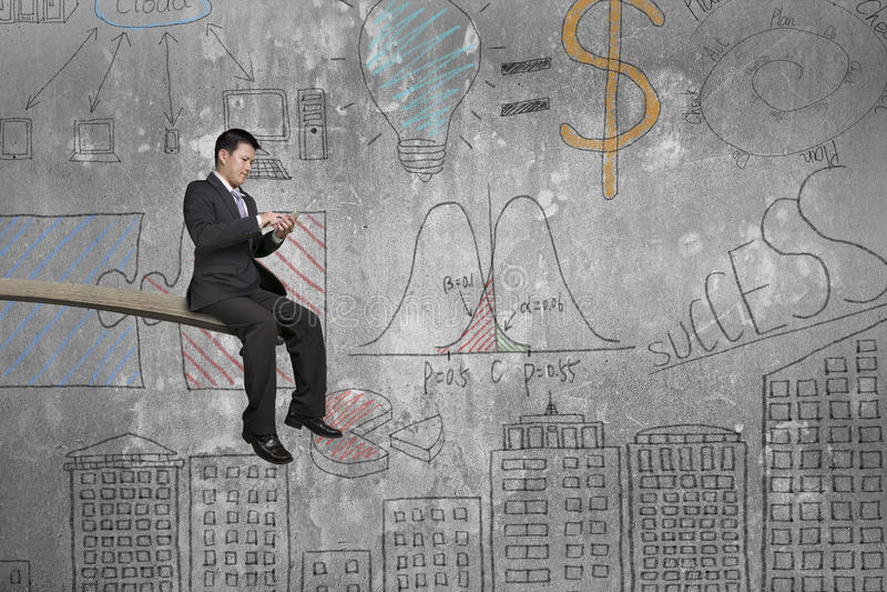 Используя бизнесмена мобильного телефона сидя на трамплине с doodl иллюстрация вектора