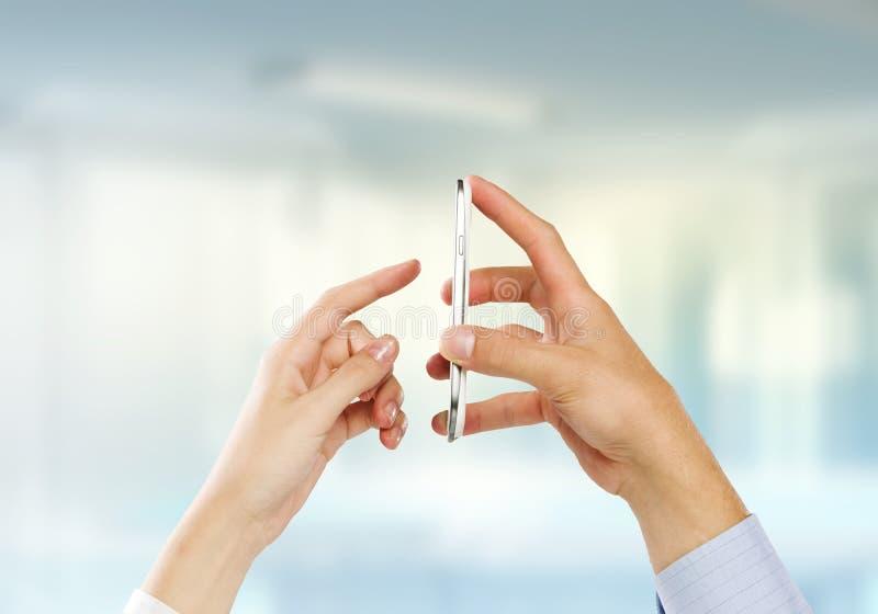 Download Используя мобильный телефон Стоковое Фото - изображение насчитывающей передвижно, экземпляр: 41650486
