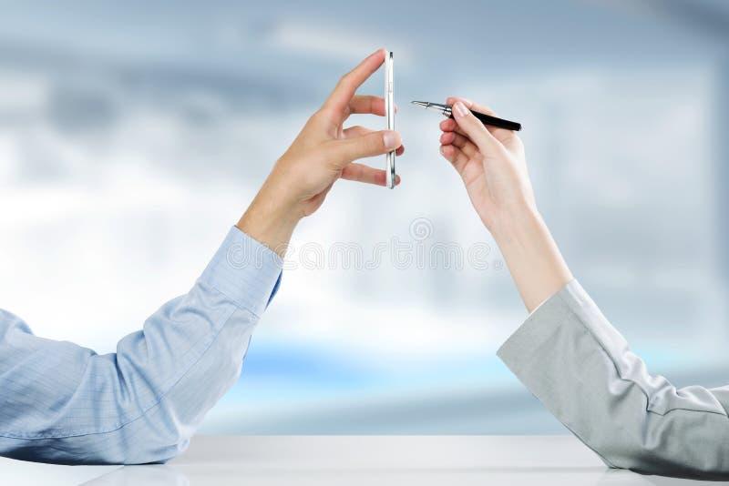 Download Используя мобильный телефон Стоковое Фото - изображение насчитывающей человек, интернет: 41650990