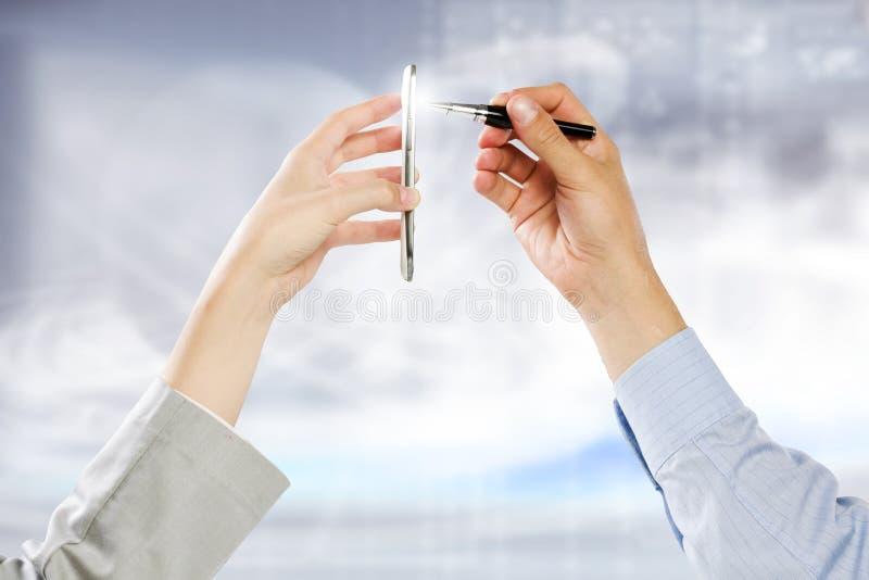 Download Используя мобильный телефон Стоковое Фото - изображение насчитывающей сеть, bonnet: 41651404
